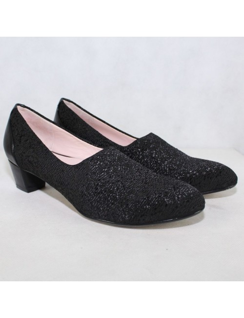 TARYN ROSE Fiona black low heel pumps!